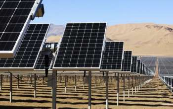 Các t¥m pin thu iÇn m·t trÝi do Công ty SunEdison l¯p ·t t¡i sa m¡c Atacama ß Chile ¢nh: Reuters